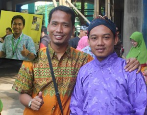 Nasihin (blangkon), Namin (tengah/batik), Mustopa (paling kiri)